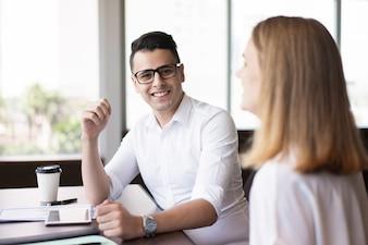 Succès jeune exécutif assis à table avec une collègue.