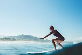 Surfeur dans l'océan