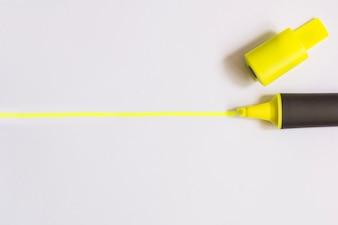 Surligneur jaune sur blanc