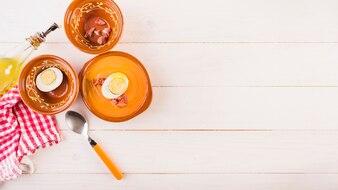 Table de cuisine avec assiette à soupe et serviette