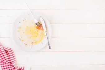Table de cuisine avec assiette et couverts