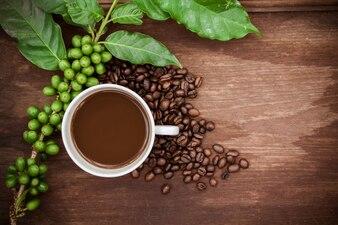 Tasse de café et grains de café sur la table