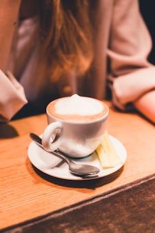 Tasse de café près de femme de culture