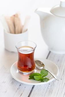 Tasse de thé du matin avec des feuilles de menthe fraîche