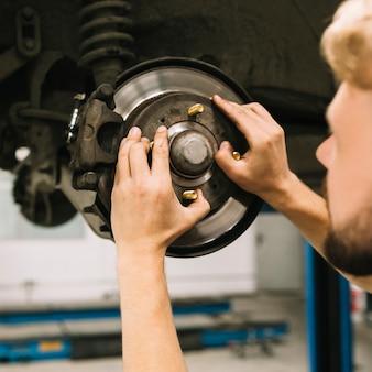 Technicien examinant la structure de la roue