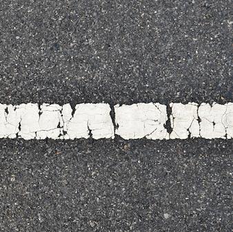 Texture de route asphaltée avec bande blanche
