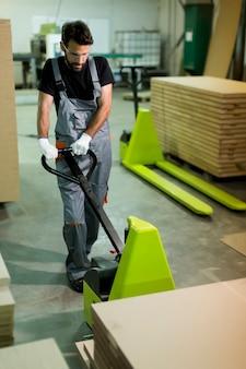 Travailleur de sexe masculin travaillant dans l'industrie du meuble