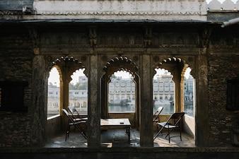 Udaipur vue sur la ville depuis un balcon d'hôtel au Rajasthan, Inde
