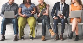 Un groupe de personnes diverses utilise des appareils numériques