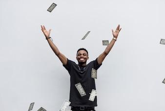 Un homme africain riche jetant son argent