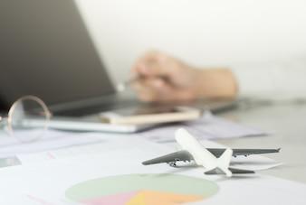 Un homme d'affaires planifie son voyage d'affaires sur ordinateur