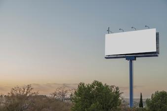 Un panneau publicitaire vide contre le ciel bleu