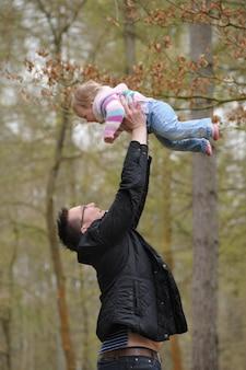 Un père avec sa fille.