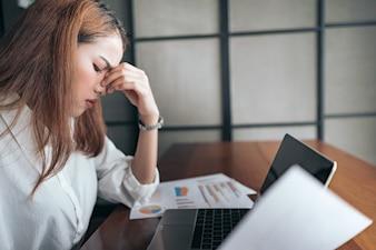 Une femme à se sentir épuisée et déprimée de frustré. concept d'anxiété.