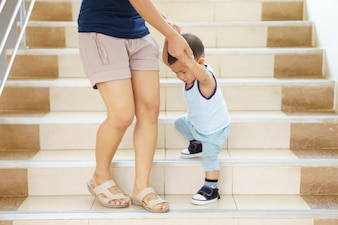 Une mère asiatique apprend à son fils de 1 an et 3 mois à marcher