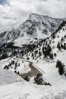 Une route à travers les montagnes enneigées en Espagne