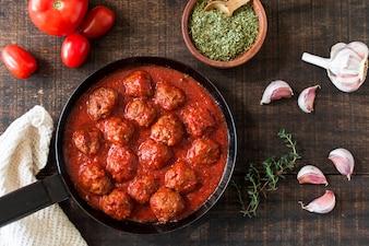 Une vue de dessus de boulettes de viande à la sauce tomate aigre-douce avec des ingrédients