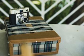 Valence, Espagne - 15 août 2018: Ancien appareil photo analogique sur une valise de voyage vintage.