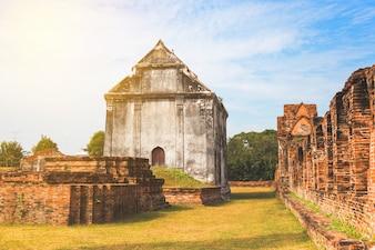 Vieille pagode ancienne à Lopburi en Thaïlande, avec le vieux mur de briques extérieur