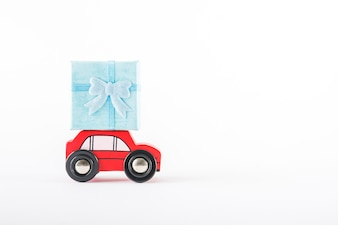 Voiture jouet avec cadeau sur le toit