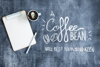 Vue aérienne, de, presse-papiers, et, tasse, à, grains café, sur, tableau noir, à, texte
