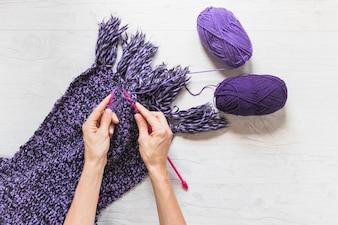 Vue aérienne, de, une, personne, tricoter, écharpe violet, sur, blanc, texturé, toile de fond
