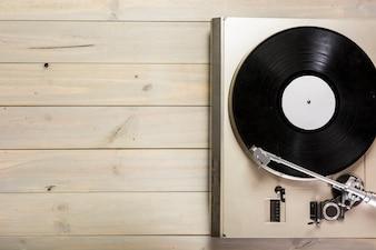 Vue aérienne du platine vinyle sur une table en bois