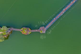 Vue aérienne du pont piétonnier dans la rivière sur l'île dans le parc