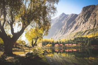 Vue automnale du lac Kachura inférieur, Shangrila Skardu. Gilgit-Baltistan, Pakistan.