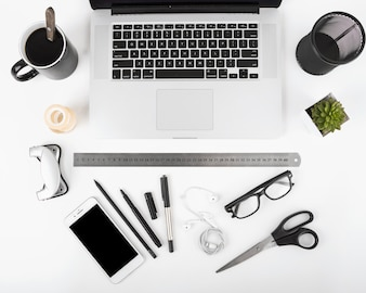 Vue élevée de café noir; portable; téléphone portable et papeterie sur fond blanc