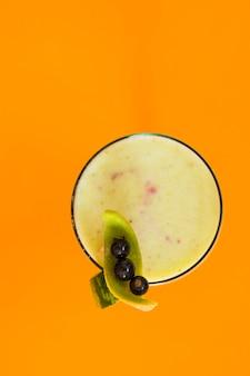 Vue élevée de jus frais sur fond orange