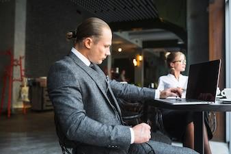 Vue latérale, de, a, homme affaires, à, ordinateur portable, sur, bureau