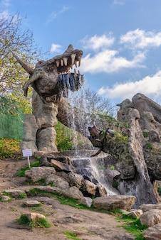 07.11.2020. uman, ucraina. draghi di scultura nel parco fantasy nova sofiyivka, uman, ucraina, in una soleggiata giornata autunnale