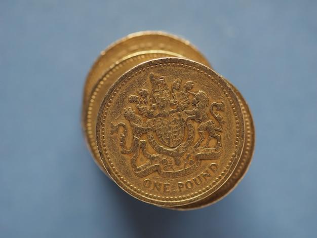 Moneta da 1 sterlina, regno unito su blu con spazio di copia