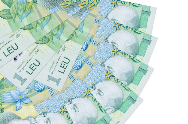 1 leu rumeno fatture si trova isolato su sfondo bianco con copia spazio impilato a forma di ventaglio da vicino