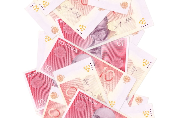10 banconote in corone estoni che volano giù isolate. molte banconote che cadono con lo spazio bianco della copia sul lato sinistro e destro