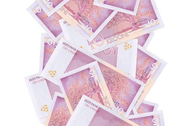10 banconote in corone estoni che volano giù isolate su bianco