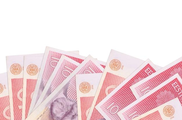 10 banconote in corone estoni si trovano sul lato inferiore dello schermo isolato su una parete bianca con spazio di copia.