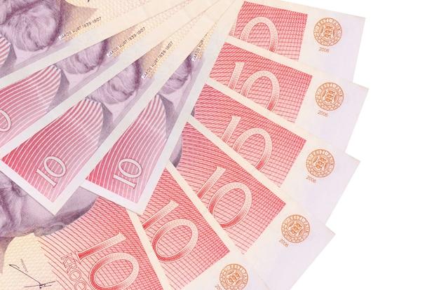 10 banconote in corone estoni si trovano isolate sul muro bianco con spazio di copia impilate a forma di ventaglio da vicino. concetto di transazioni finanziarie