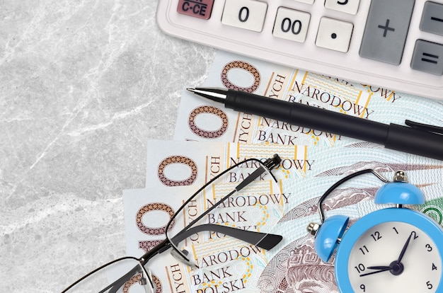 10 banconote in zloty polacchi e calcolatrice con occhiali e penna