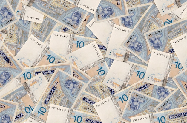10 banconote dinari tunisini si trovano in una grande pila. parete concettuale di vita ricca. grande quantità di denaro