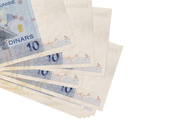 10 banconote dinari tunisini si trovano in un piccolo mazzo o pacco isolato su bianco. concetto di cambio valuta e affari