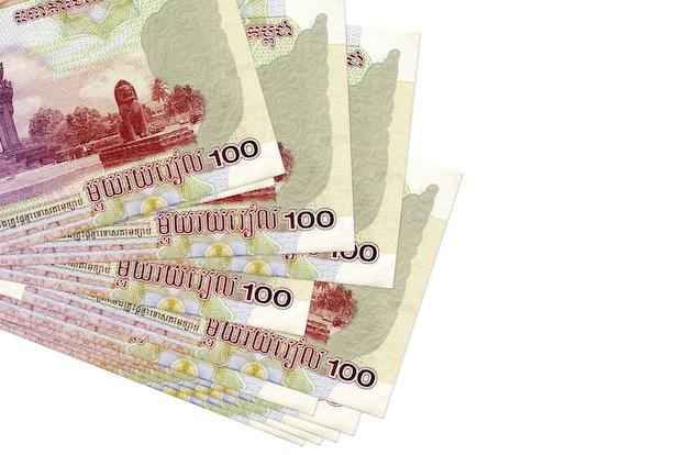 100 banconote riels cambogiane si trovano in un piccolo mazzo o pacchetto isolato su bianco. concetto di cambio valuta e affari
