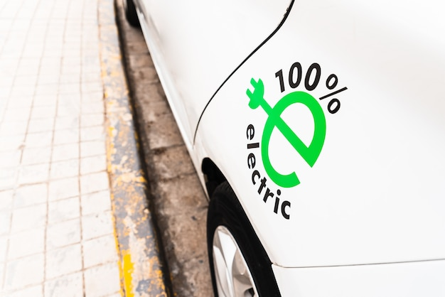 Auto bianca 100% elettrica, promozione della mobilità sostenibile con auto a ricarica elettrica, design.