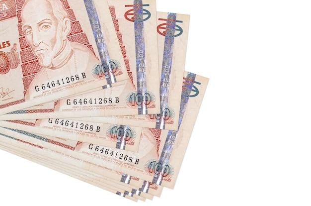 100 banconote di quetzales guatemalteche si trovano in un piccolo mazzo o in un pacchetto isolato. concetto di cambio valuta e affari