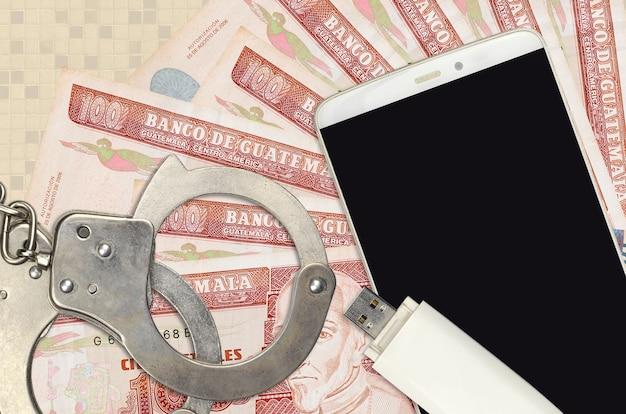 100 banconote da quetzales guatemalteche e smartphone con le manette della polizia