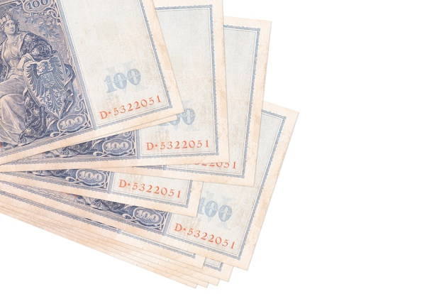 100 reich segna le banconote in un piccolo mazzo o in un pacchetto isolato. concetto di cambio valuta e affari