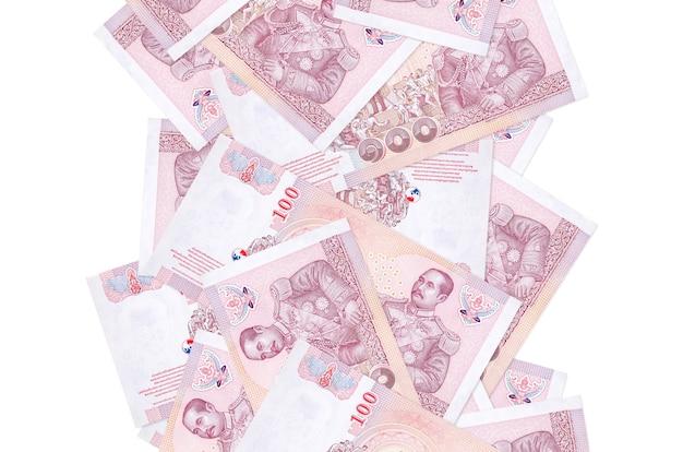 100 baht tailandesi fatture che volano giù isolato su bianco. molte banconote che cadono con lo spazio bianco della copia sul lato sinistro e destro