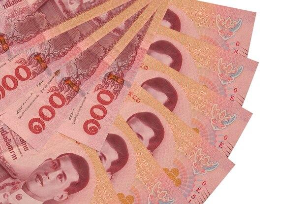 100 baht thailandesi fatture si trova isolato su sfondo bianco con copia spazio impilati a forma di ventaglio da vicino