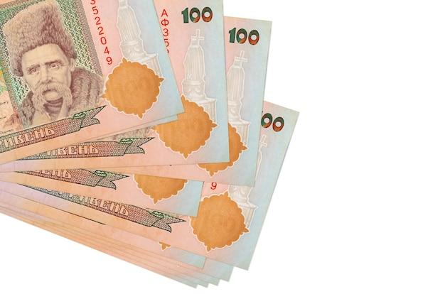 100 fatture hryvnias ucraine si trovano in un piccolo mazzo o pacchetto isolato su bianco. concetto di cambio valuta e affari